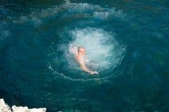 Garbnikująca chłopiec pływa Zdjęcia Royalty Free