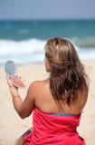 garbnikującemu kładzeniu beach, w górę w młodych kobiet zdjęcia stock