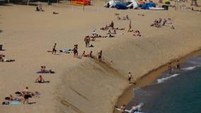 Garbnikujący ludzie relaksują na plaży zdjęcie wideo