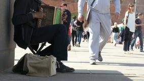 Garbnikujący mężczyzna bawić się akordeon outdoors zbiory