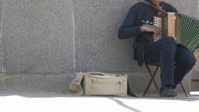 Garbnikujący mężczyzna starzał się 60s sztuki outdoors akordeon zbiory