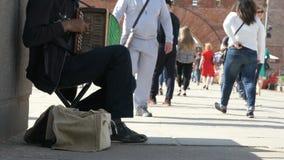 Garbnikujący mężczyzna starzał się 60s sztuki outdoors akordeon zdjęcie wideo
