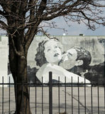 Garbo und Gilbert Love Scene Street Art in im Stadtzentrum gelegenem Columbus Ohio Lizenzfreies Stockfoto