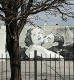 Garbo und Gilbert Love Scene Street Art in im Stadtzentrum gelegenem Columbus Ohio Lizenzfreies Stockfoto