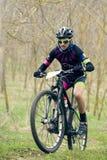 Garboavele Galati, Rumänien, April 4, oidentifierade cyklister under loppet för ettårig växtGarboavele XC cirkulering på April 4, royaltyfri bild