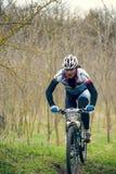 Garboavele Galati, Rumänien, April 4, oidentifierade cyklister under loppet för ettårig växtGarboavele XC cirkulering på April 4, arkivfoto