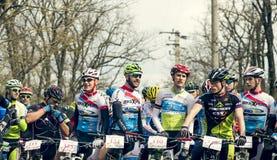 Garboavele Galati, Rumänien, April 4, oidentifierade cyklister under loppet för ettårig växtGarboavele XC cirkulering på April 4, royaltyfria bilder