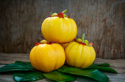 Garcinia cambogia fresh fruit on wood background.  Fruit for die Stock Photography