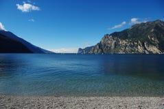 garda在冲浪者torbole附近的意大利湖 免版税库存图片