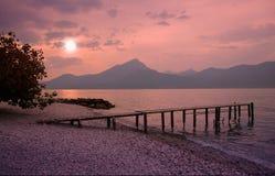 Garda在浪漫月光风景的湖海滩 免版税库存图片