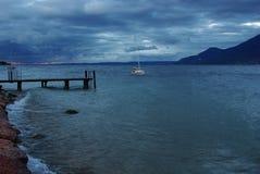 garda意大利风雨如磐湖的早晨 库存照片