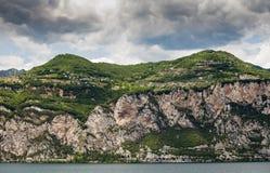 Garda湖海岸看法在意大利 免版税库存图片