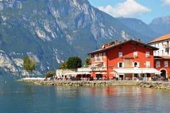 Garda湖的红色房子 库存照片
