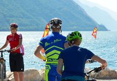 Garda湖的骑自行车者 免版税图库摄影