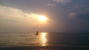 Garda del lago del cielo del pájaro de la puesta del sol Fotos de archivo