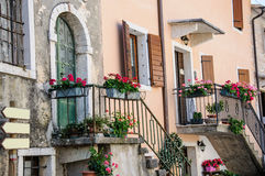 Garda gammal del av staden, fasaddetalj, sjö Garda, Veneto, Ital Fotografering för Bildbyråer