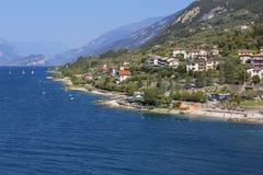 GARDA, ITALIEN - 30. SEPTEMBER 2018: See Garda, der größte See in Italien, aufgestellt am Rand der Dolomit, Ansicht über Stadt stockfotografie
