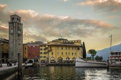 Garda jezioro, Riva Del Garda na nocy obrazy royalty free