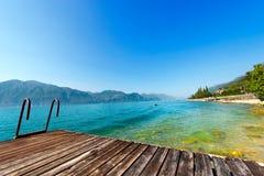 Garda jezioro z małym molem - Włochy Obrazy Stock
