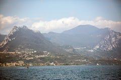 Garda Seeansicht von den Bergen herum stockfotografie