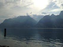 Garda sjö bergen Arkivbilder
