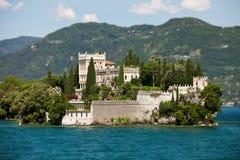 GARDA-SJÖ, ITALIEN - JUNI 15, 2013: Villa Cavazzi i venetian neogothic stil på ön i Garda sjön Arkivfoton