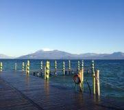 Garda sjö och snöig berg Fotografering för Bildbyråer