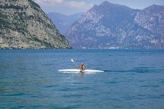 gardaitaly lake Oktober 18th 2016 Canoesists enjoyng den varma torra hösten Royaltyfria Bilder