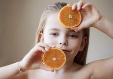 Gardant jeune la manière naturelle photographie stock libre de droits