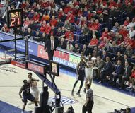 Garde Allonzo Trier Shoots de l'Arizona un tir de 3 points Photographie stock