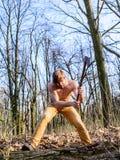 Garde-chasse attirant Le type attirant brutal d'homme rassemblant l'homme en bois de forêt a perlé la hache sexy brutale d'entail image stock