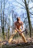 Garde-chasse attirant Torse musculaire nu sexy de bûcheron de bûcheron recueillant le bois Rassemblement attrayant brutal de type photos libres de droits