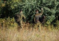 Garde-chasse de chasseurs recherchant l'animal ou l'oiseau Chasse avec des amis Les amis de chasseurs appr?cient des loisirs Trav images libres de droits