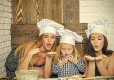 Garde d'enfants Éducation d'enfant Garçon et filles dans des chapeaux de chef Photo stock