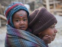 Garde d'enfants du Népal pour des enfants Photos stock