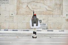 Garde d'Evzones d'honneur devant la tombe du soldat inconnu Images stock