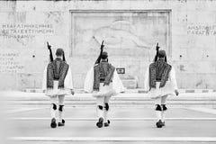 Garde d'Evzones d'honneur devant la tombe du soldat inconnu Photo stock