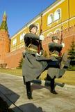 Garde d'honneur à la flamme éternelle à Moscou à la tombe du soldat inconnu photos stock