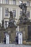 Garde de château de Prague dans l'uniforme d'hiver photographie stock