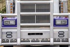 Garde de gril et partie avant de camion puissant de grand bleu classique d'installation semi photo stock