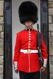 Garde de la Reine de Londres dans l'uniforme rouge se tenant à son courrier Image libre de droits