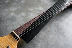 Garde de plastique noire de ficelles pour la guitare électrique Photos libres de droits