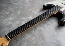 Garde de plastique noire de ficelles pour la guitare électrique Image libre de droits
