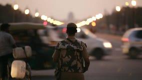 Garde de sécurité à la porte d'Inde à New Delhi clips vidéos