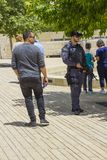 Garde de sécurité armé secureing le périmètre du concours à l'entrée au musée de Yad Vashem à Jérusalem Israël en tant que images libres de droits