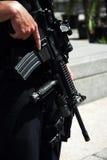 Garde de sécurité avec la mitrailleuse image stock