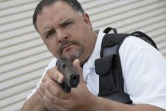 Garde de sécurité In Bulletproof Vest tenant l'arme à feu Photographie stock libre de droits
