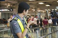 Garde de sécurité dans les aéroports se tenant pour le peop de sécurité et de protection Photo libre de droits