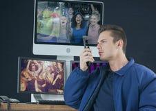 garde de sécurité de la disco, devant les écrans de sécurité avec le talkie - walkie Photo stock