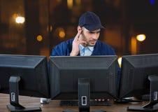 garde de sécurité derrière les écrans dans le bureau la nuit photos stock